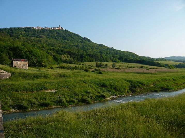 ein bezaubernder Ort in Istrien, auf einen Berg gebaut.