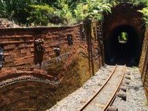 durch Tunnels