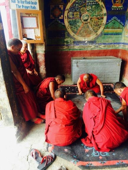 Thiksay Monastery, Mönche bei der Teppichreinigung